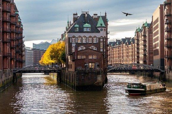 Smešten na reci Labi, na samom severu, grad Hamburg je drugi po veličini u Nemačkoj. Jedinstven spoj moderne i klasične arhitekture glavno je obeležje Hamburga, a umnogome podseća na Pariz i London