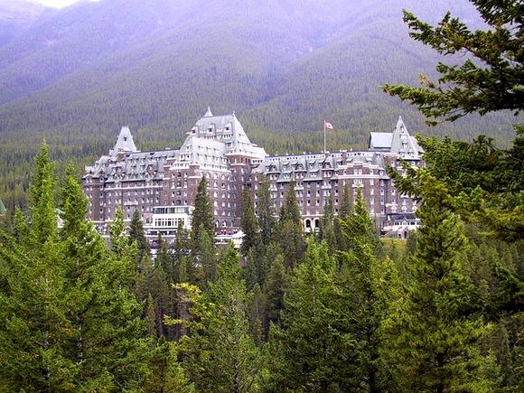 """Fairmont Banff Springs hotel u Alberti u Kanadi poznat je po posetiocima """"sa onog sveta"""". Brojne su priče o duhovima koji se poavljuju u hotelu"""