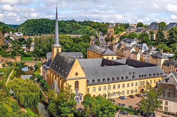 Malenu zemlju okruženu Belgijom, Francuskom i Nemačkom odlikuje specifičan šarm i bogata istorija. Zelena brda, srednjovekovni zamkovi, autentična sela i raskošni vinogradi su samo jedan njegov deo