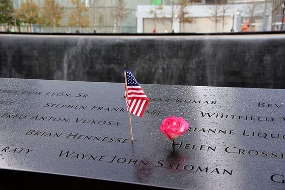 """Spomen prostor na Menhetnu posvećen je terorističkom napadu koji se dogodio 11. septembra 2001. godine, skraćeno """"9/11"""", kada je poginulo 2.977 ljudi, a ranjeno preko 6.000"""