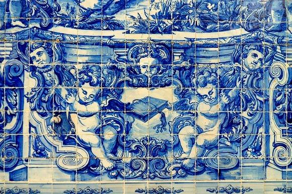 Portugalsku arhitekturu karakterišu upečatljive fasade zgrada oblepljene plavim i belim keramičkim pločicama koje zovu azuležu