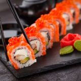 Japanska kuhinja je popularna širom sveta, i to ne bez razloga. Obroci su pretežno zdravi, uravnoteženog ukusa, a ono što ih dodatno izdvaja je pravilo da hrana mora da mami sva čula