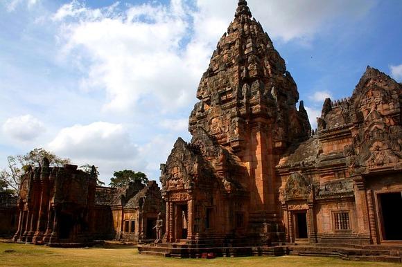 Ali u tajlandskoj ruralnoj provinciji Buriram nalazi se takođe impresivan kmerski hram Phanom Rung. Poslednjih godina ovaj vredni istorijski spomenik dobija na popularnosti