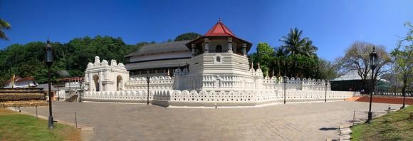 hram Budinog zuba nije premešten ni u Kolombo niti u administrativnu prestonicu (da, teško je i pročitati njegovo ime, a kamoli ga zapamtiti) već je ostao u gradu Kendiju