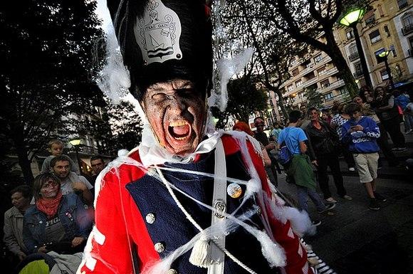 """Festival bubnjeva """"Tamborrada de Donostia"""" u San Sebastijanu počinje 19. januara u ponoć kada se podigne zastava grada koja označava početak proslave"""
