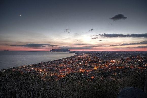 Na pola puta iz Rima ka Napulju, na obali Tirenskog mora u regionu Lacio nalazi se Teračina. Današnji grad nalazi se na ostacima starog rimskog grada