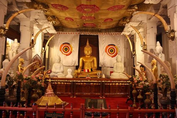 Šri Dalada Maligava, kako glasi ime hrama na sinhaleškom jeziku, građen je u 17. i 18. veku i sadrži nekoliko celina između kojih su prostrte pešačke staze i travnjaci