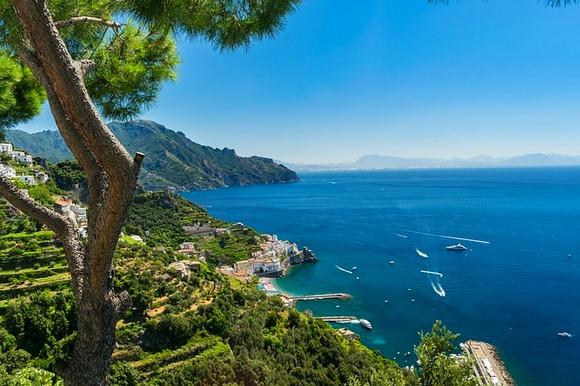 Ali i samo putovanje od Rima do obale Amalfi je veoma atraktivno turističko iskustvo. U zavisnosti od vaših sklonosti i mogućnosti, dve najpraktičnije transportne opcije su automobil i voz
