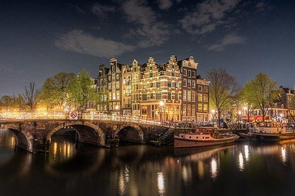 Amsterdamski festival svetlosti poznat je kao jedan od najlepših zimskih događaja u Evropi. U decembru i januaru izloženo je oko 250 svetlosnih instalacija svih oblika i veličina specijalno dizajniranih za ovu priliku