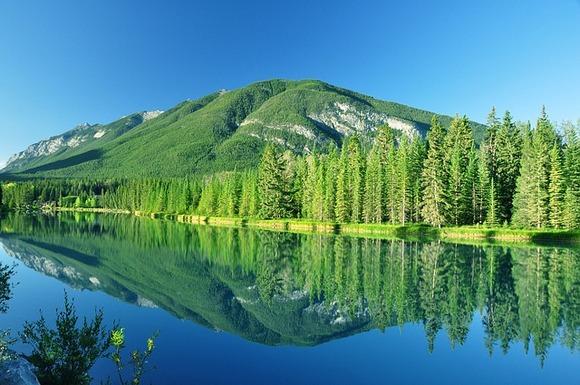 Banf je prvi nacionalni park u Kanadi i zahvaljujući svojoj lokaciji u srcu Kanadskih stenovitih planina veoma je popularna turistička destinacija