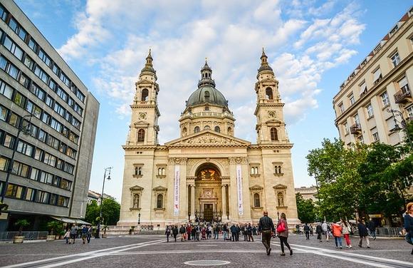 Bazilika Svetog Stefana je biser neoklasicističke arhitekture. Pored njenog spektakularnog dizajna, turistima je još privlačnija svetlosna predstava koja se odvija tokom cele godine