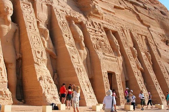 Poseta Kairu je fascinantno iskustvo, od obilaska Piramida do upoznavanja sa bogatom kolekcijom Egipatskog muzeja. Ipak, ne zaboravite ostale važne atrakcije. Među njima su Dolina kraljeva i hramovi u Luksori u Asuanu