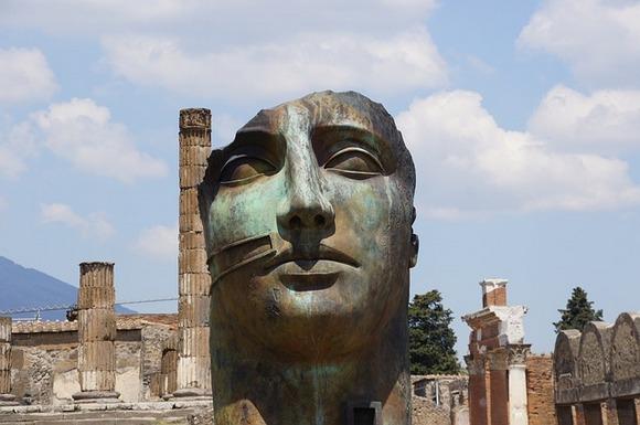 U pokrajini Kampanija, nedaleko od Napulja, nalazi se jedan od najneobičnijih arheoloških lokaliteta na svetu. Ovaj antički grad je zadesila strašna sudbina tokom vulkanske erupcije vulkana Vezuv daleke 79. godine