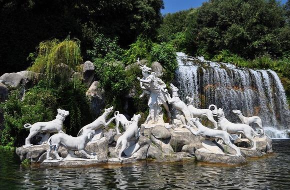 Kaseta je prestonica istoimene provincije u pokrajini Kampanija. Od Napulja je udaljena oko 40km (severno). Obiluje impresivnom arhitekturom i istorijskim sakralnim zdanjima
