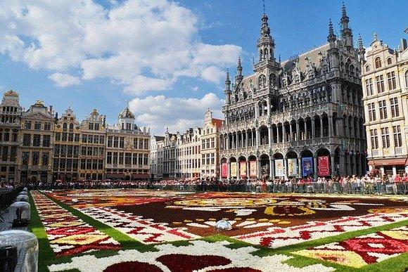 """U Belgiji je najbolja dečja atrakcija Veliki trg (Grande Place) u Briselu, sa savršeno očuvanim zdanjima iz 17. veka koja ga okružuju, dok ga tokom avgusta krasi cvetni """"tepih"""" u centralnom delu"""