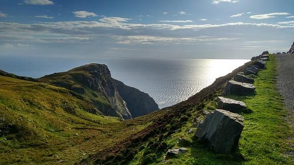 Pre nekoliko godina Irci su došli na ideju da povežu putve zapadne obale u jednu panoramsku rutu. Od Kinsejla na jugu do Malin Heda na severu, Divlja atlantska ruta se prostire dužinom od 2.500km.