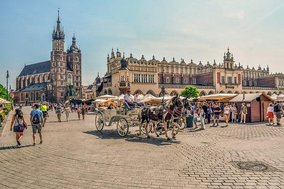 U Češkoj je prema ocenama TripAdvisor-a, najbolja atrakcija za decu čuveni praški trg Staromestske Namjesti sa Atronomiskim satom iz 15. veka, a u Poljskoj, takođe trg, i to najveći srednjovekovni gradski trg u Evropi - Glavni trg (Rynek Glowny) u Krakovu