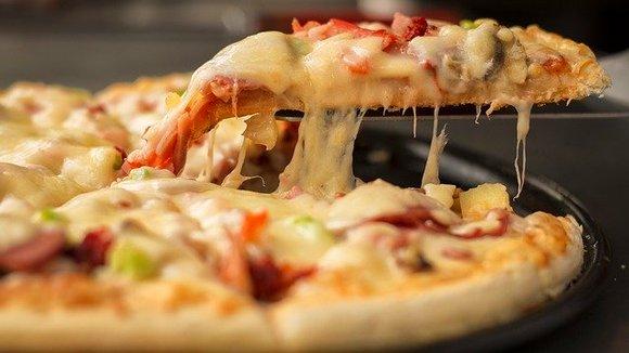 """Vodič """"50 Top Pizza guide"""" svake godine objavljuje kojih 50 picerija u Italiji, Evropi i Severnoj Americi pravi najkvalitetnije i najukusnije pice. Procedura je sledeća: mušterije prvo nominuju svoje omiljene picerije, a """"tajni agenti"""" vodiča ih tokom godine anonimno posećuju i ocenjuju jela sa menija"""