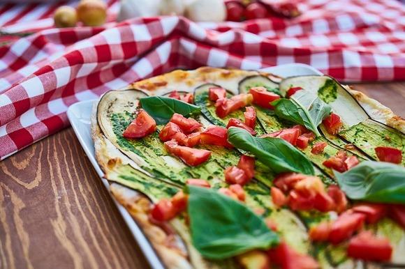 """Naravno, degustacija pice u Italiji je autentično iskustvo koje ne smete propustiti tokom posete ovoj zemlji. Ali i na drugim evropskim destinacijama možete naći odlične picerije sa autentičnim receptima i ukusima. Vodič """"50 Top Pizza guide"""" svake godine objavljuje kojih 50 picerija u Italiji, Evropi i Severnoj Americi pravi najkvalitetnije i najukusnije pice"""