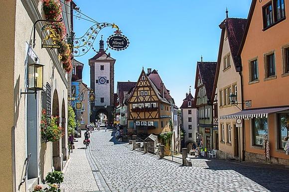 Romantična ruta u Slobodnoj Državi Bavarskoj s pravom nosi to ime. Srednjovekovni gradići i zamkovi nižu se usput, a prvi od njih je Vircburg, na reci Majni.