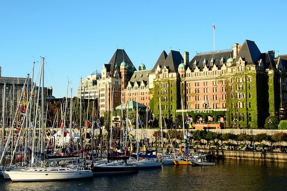 Glavni grad Britanske Kolumbije je Viktorija, na ostrvu Vankuver i do njega se stiže za 90 minuta vožnje trajektom od grada Vankuvera