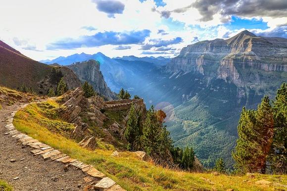 jedna od najlepših planinskih ruta u Evropi je nacionalni put N260 u španskim Pirinejima. Autoput počinje na španskoj mediteranskoj obali, a zatim preko planina vodi do Hake.