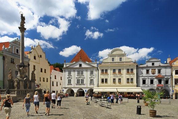 Ako putujete iz Praga, vozovi saobraćaju sa Centralne stanice i potrebno je nešto manje od tri sata da se nađete u centru Krumlova