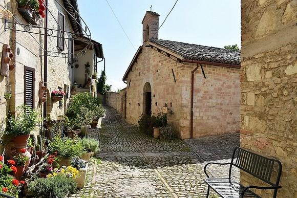 Regija Umbrija izaziva sve veće interesovanje turista koji su zaiteresovani za vinski turizam, preuzimajući deo svetske slave od Toskane, njenog poznatog suseda sa zapada