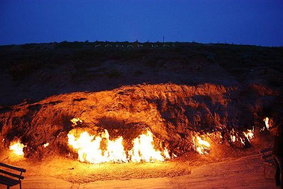 Putnici danas mogu da posete vatrenu planinu Yanar Dag, gde prirodni gas neprekidno godi na planinskoj padini u blizini Bakua. Ovaj fenomen je vidljiv na samo još nekoliko mesta u svetu