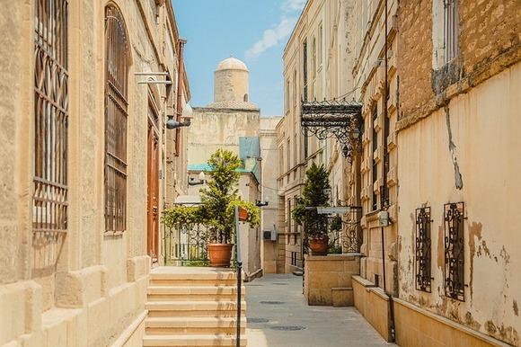 Svakako treba spomenuti i Stari grad, koji se nalazi na Listi svetske baštine UNESCO-a. Kao ravnoteža savremenom delu grada, on je poslednjih godina temeljno uređen i obnovljen i privlači brojne turiste