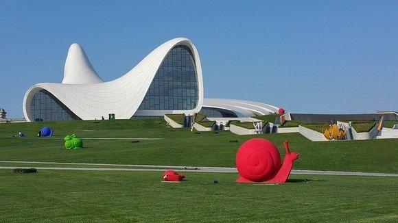 Još jedno preponatljivo zdanje Bakua je Centar Hejdar Alijev, koji je projektovala čuvena Zaha Hadid i u kome se održavaju važna kulturna dešavanja i izložbe