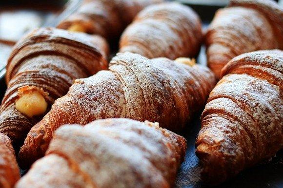Nijedna poseta Francuskoj nije potpuna bez uživanja u mekanom i puterastom kroasanu. Parižani ih obožavaju, a poznati su u  tradiciionalnoj pekari (boulangerie) Du Pain et des Idées