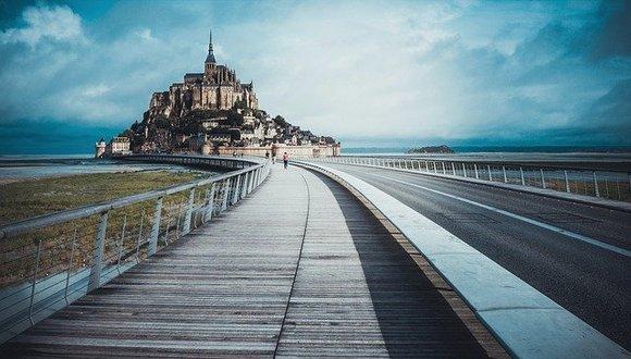 Dnevni izleti do Sen Mišela se iz, na primer, Pariza mogu organizovati lako, ali ako vas intenzivna putovanja iscrpljuju, razmislite o tome da provedete noć u blizini ostrva