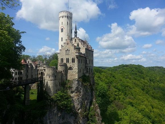 Udaljen od Štutgarta manje od 60km, neogotički dvorac Lihtenštajn smešten je na litici, na 815m nadmorske visine