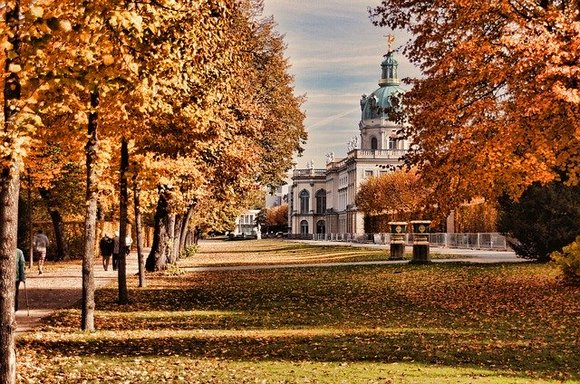 Ukoliko je moguće, posetite Palatu Šarlotenburg tokom zime, kada se ovde održava božićni market i kada njena arhitektura blista u punom sjaju