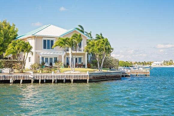 Šarmantna Kajmanska ostrva su poželjno karipsko odredište za putnike koji traže avanturu i opuštanje
