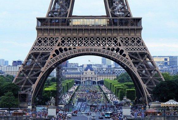 Započnite svoj odmor posetom jednom od simbola Pariza i uživajte u pogledu na grad. Kako biste izbegli redove, kartu rezervišite unapred, online