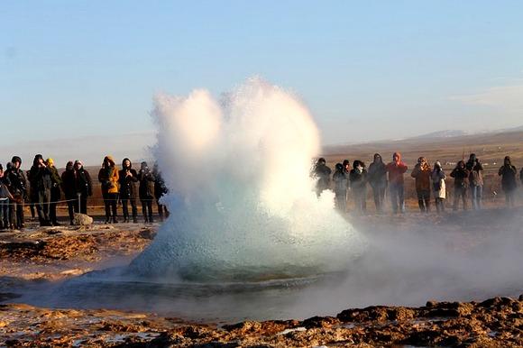 eotermalnopodručje Haukadaluru, u kome senalaze gejzir sa isoimenim nazivom Geisir koji je već dugi nizgodina uspavan i gejzir Strokur izkoga se vodena erupcija dešava svakih pet dodeset minuta