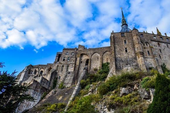 Godine 966. benediktinski kaluđeri su na ostrvu osnovali manastir, čiju izgradnju i život su finanasirale vojvode Normandije i kasnije francuski kraljevi