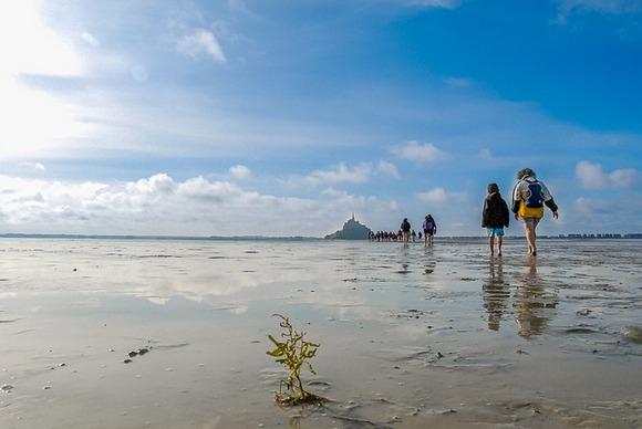 Plima i oseka oko ostrva su veoma izražene i predstavljaju svojevrsnu atrakciju