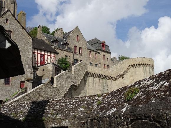 Mnoga stara zdanja iz 15. i 16. veka duž strme seoske ulice (Grande Rue) sada su postala muzeji, hoteli, restorani i prodavnice
