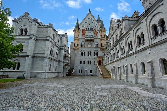 uveni dvorac u Bavarskim Alpima, poslužio je kao inspiracija za Diznijev dvorac uspavane lepotice
