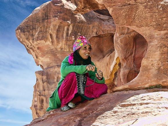 """Ne dozvolite da vas """"jordansko mrštenje"""" prevari. Možda ćete se susresti sa namrštenim obrvama i čini će vam se da su neka lica neprijateljska. Brzo ćete naučiti da se iza lica teške spoljašnjosti obično nalazi vedra i živahna osoba"""