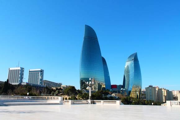 Simbol grada su Plamteći tornjevi, tri nebodera u obliku plamena, koji predstavljaju vatru zoroasterijanstva, budući da se veruje da je porok ove vere - Zaratustra, rođen upravo ovde.
