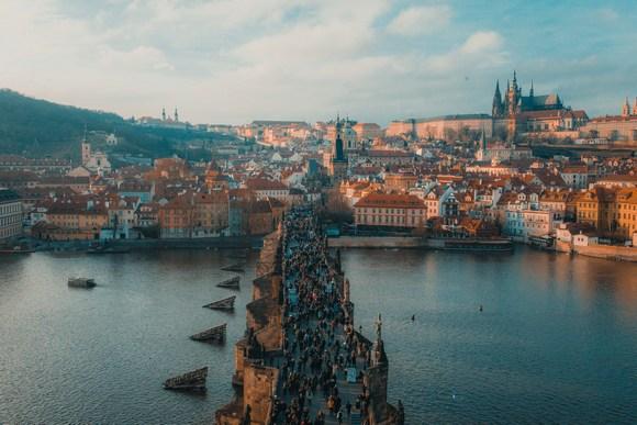 Bajkoviti češki grad gotike, srednjovekovne romanike i baroka, u koji godišnje hrle milioni turista, ima prilično slavnu i dugovečnu reputaciju u izučavanju astrologije i astronomije