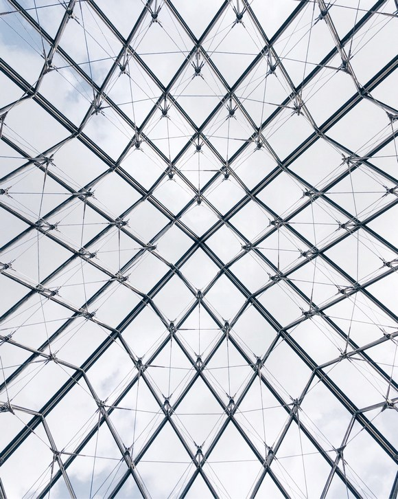 Staklena piramida ima navodno 666 panela
