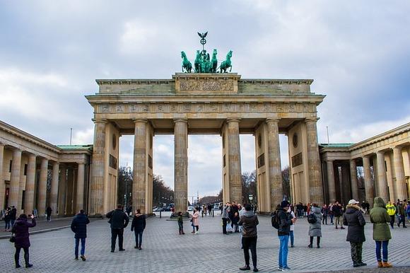 Još jedan simbol grada je Brandenburška kapija, izgrađena davne 1791, kada je Berlin bio pruska prestonica