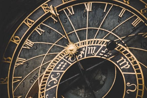 najveća atrakcija za turiste koji posećuju Prag, čuveni Astronomski sat Orloj, koji se nalazi na katedrali Lund