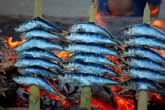 za pravi užitak, spustite se na plažu i u restoranu naručite sardine espetos, ribu koja se na ražnjićima peče na roštilju