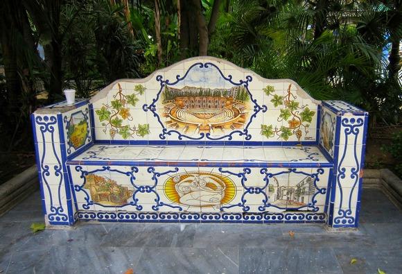 Sedite na neku od klupa ukrašenih andaluzijskim pločicama i napravite predah od obilaska grada